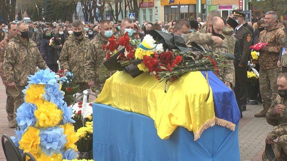 Труну накрили прапором України
