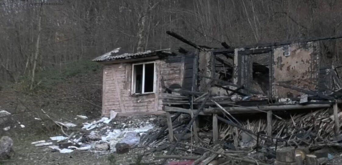 Згорілий будинок, з якого Софійка винесла на руках чотирьох братів і сестер.