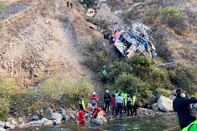 Автобус із людьми впав в ущелину в Перу