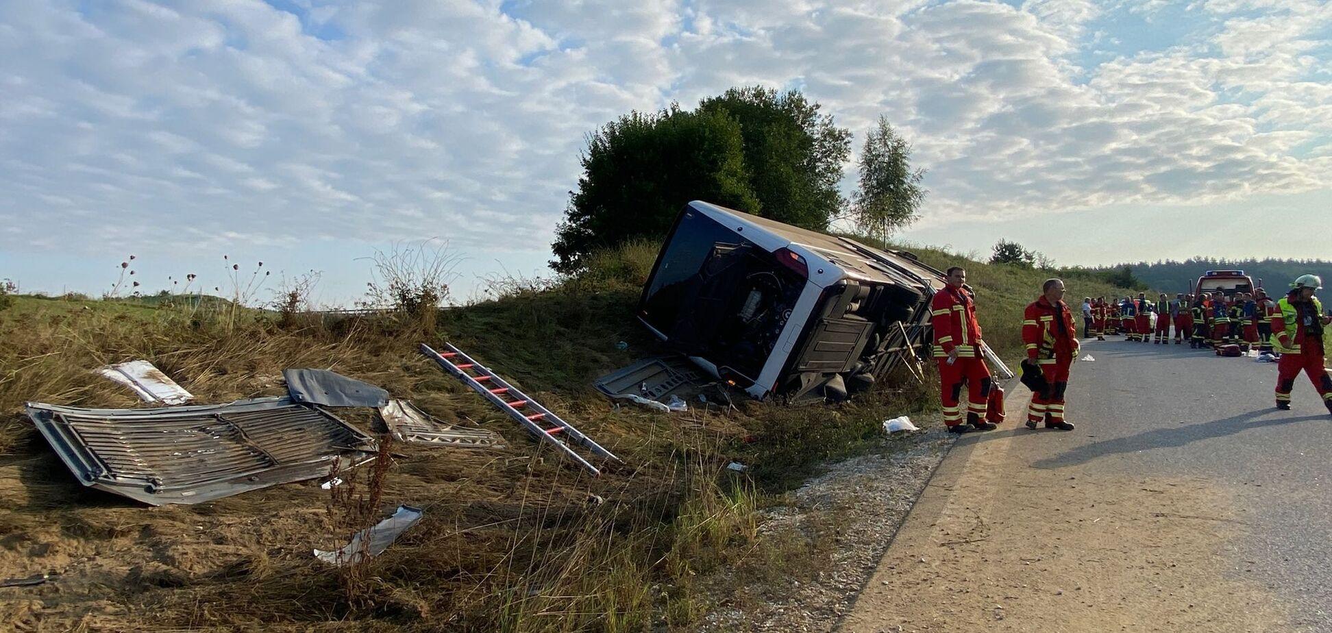 У Німеччині перекинувся автобус із туристами з Чехії: є важко поранені. Фото