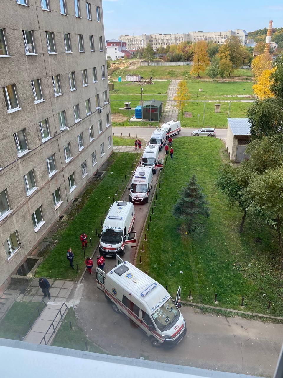 Черги зі швидких біля лікарні у Львові